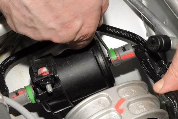 zamena-toplivnogo-filtra-renault-duster 2.0-3