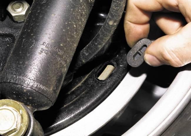 Chevrolet-Niva-zamena-tormoznih-kolodok-1