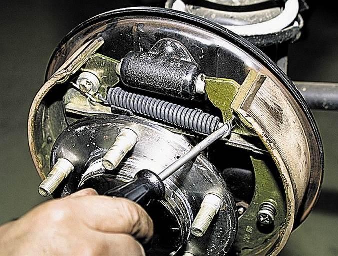 Chevrolet-Niva-zamena-tormoznih-kolodok-6