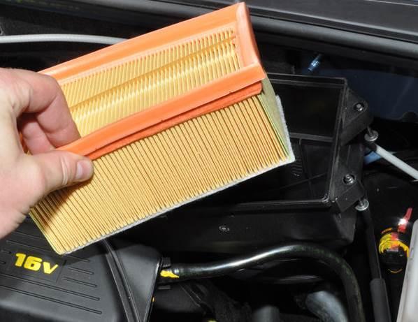 Nissan-Almera-zamena-vozdushnogo-filtra-4