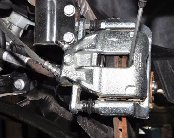 zamena-perednih-kolodok-Nissan-Almera-1