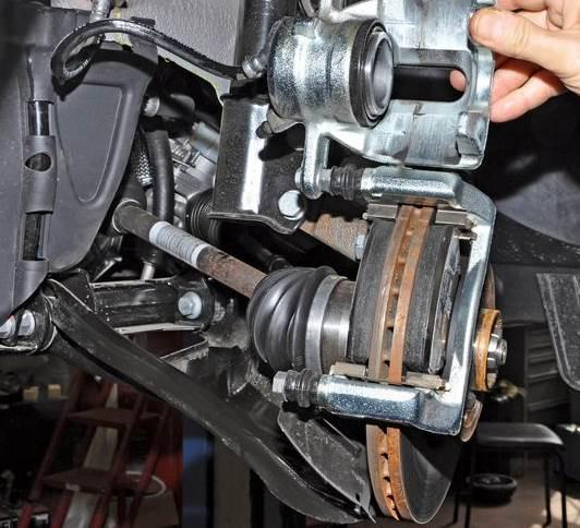 zamena-perednih-kolodok-Nissan-Almera-3